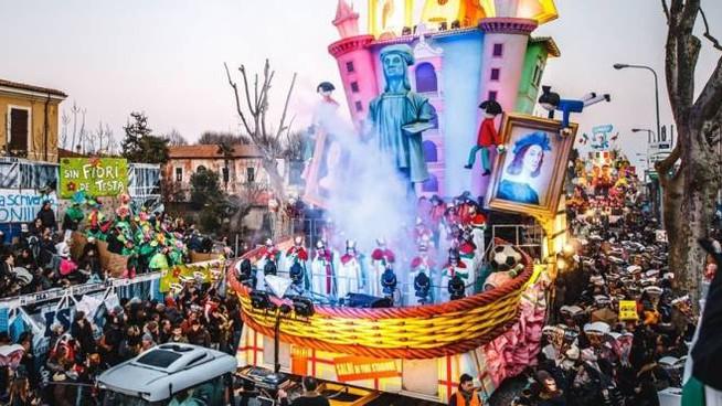 Immagine della parata dei carri allegorici del carnevale di Fano