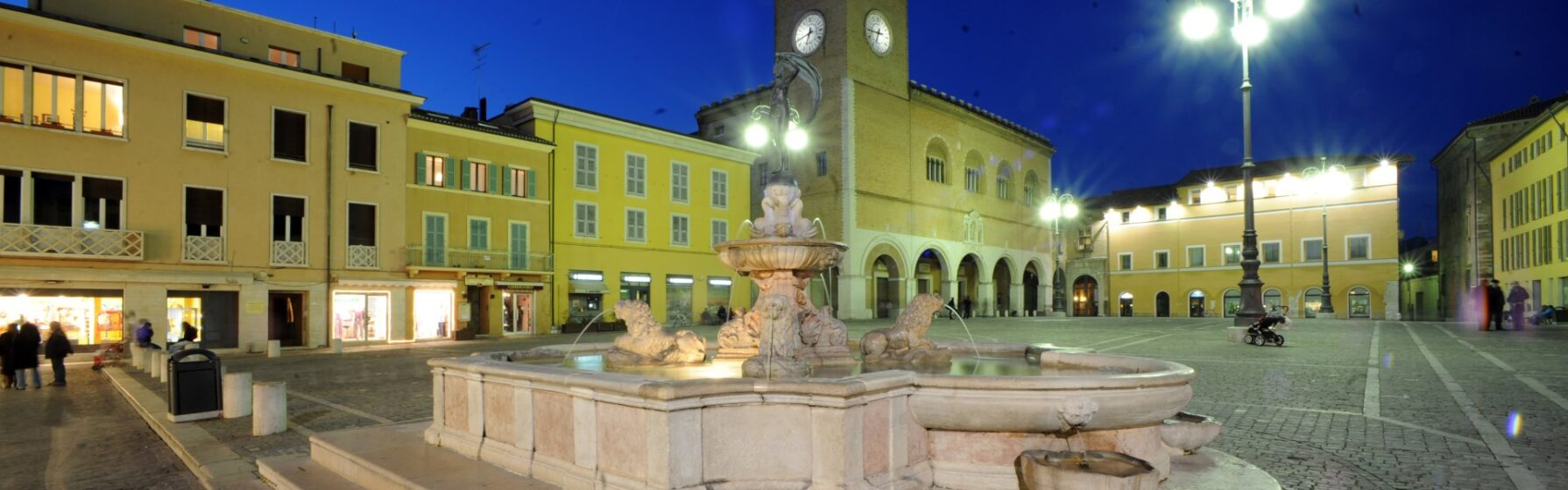 Fano, piazza XX settembre di sera